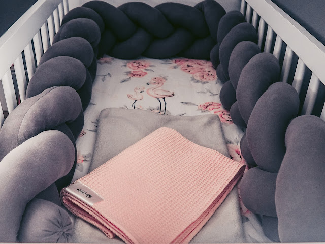 postýlka s handmade mantinelem a růžovou dekou Locus