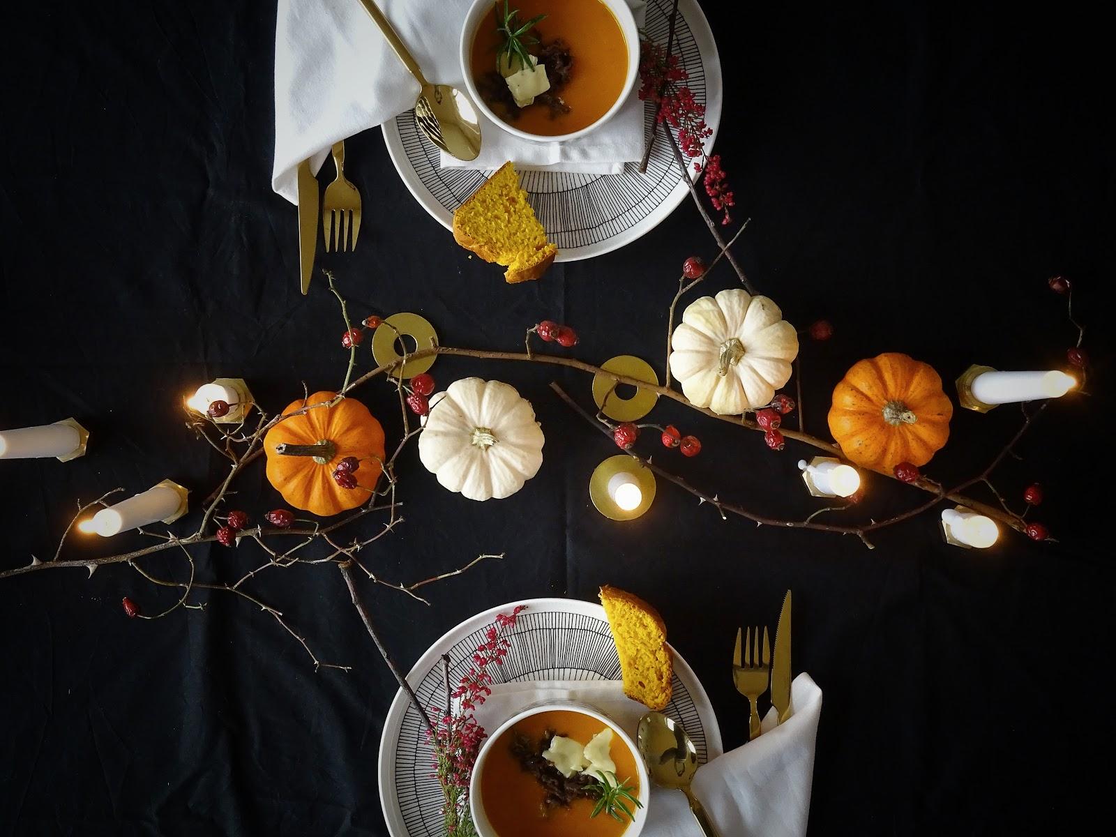 Halloween küsst Herbst - Herbstliche Tischdeko-Idee 'dark and moody' mit einem dezenten, edlen Hauch Halloween - Rezept Kürbissuppe mit Camembert - Rezept Kürbis-Weißbrot mit Dinkel - https://mammilade.blogspot.de
