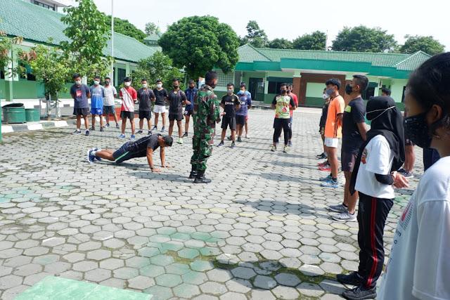 Serda Eko anggota Kodim Karanganyar memberikan contoh gerakan Push Up