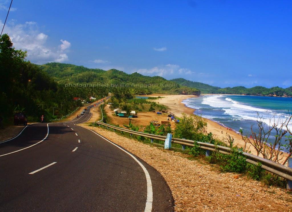 Foto Jalan Lintas Selatan Pacitan-Trenggalek sekitar Pantai Soge