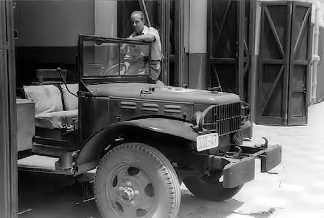 Sabater, con uno de los vehículos del Mixto en las cocheras del Cuartel.