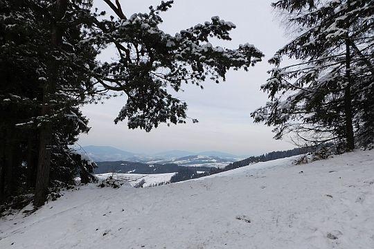 Spojrzenie na wzniesienia Beskidu Wyspowego z okolic stacji narciarskiej na Maciejowej.