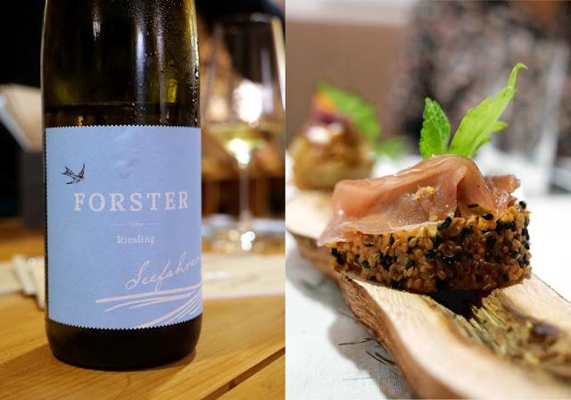 Süßkartoffel-Praline mit gebeiztem Lamm, Minze und Sesam, dazu der Seefahrer Riesling aus dem Weingut Forster.