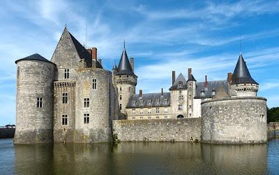foto castillo rodeado de un foso de agua