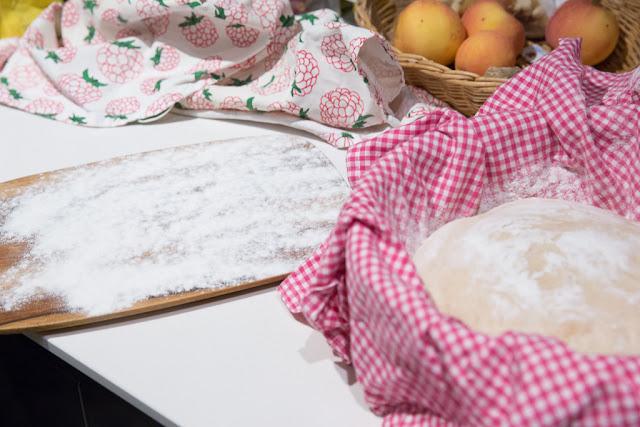 leivän paistamiseen tarvittava lauta jauhotetaan