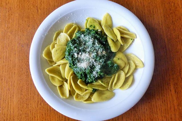 Bärlauch-Pesto schmeckt sehr lecker und hat jede Menge gesunder Inhaltsstoffe