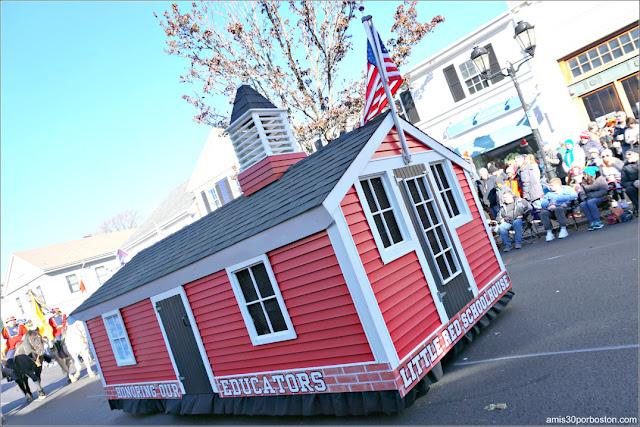 Little Red Schoolhouse en el Desfile de Acción de Gracias de Plymouth