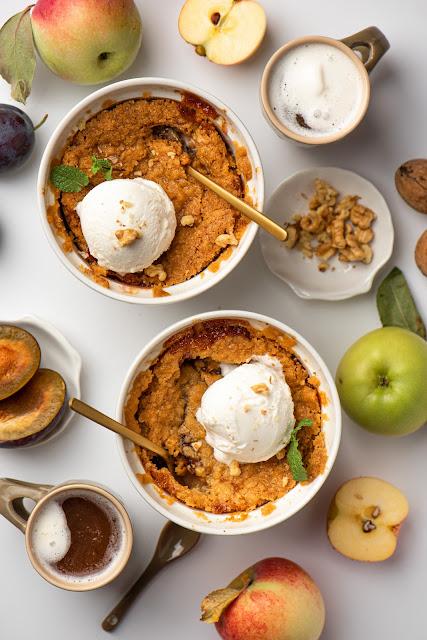 Рецепт крамбла с яблоками и сливами