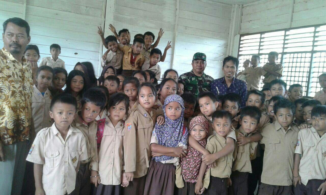 Babinsa Kodim 1404/Pinrang Tanamkan Wawasan Kebangsaan ke Murid SD