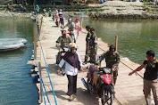 Personil TNI Terus Bantu Warga Yang Melintas Di Appabatu, Dinas PU Berhasil Buka Jalan Untuk Mobil