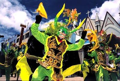 Foto al baile La Diablada vestidos de verde y amarillo