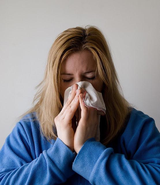 Wanita dengan gejala flu