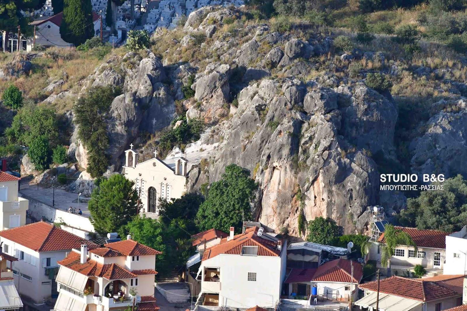 Γιόρτασαν στο Ναύπλιο τους Αγίους Πάντες στο ιστορικό εκκλησάκι σπήλαιο