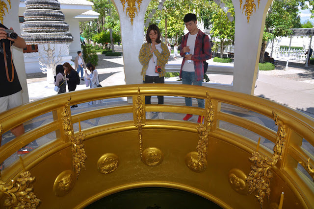 """Đi tiếp vào bên trong, bạn sẽ bắt gặp """"cây may mắn"""", đây là nơi du khách có thể buộc những chiếc bùa để cầu may. Bên cạnh đó là """"giếng cầu nguyện"""", bạn có thể ném những đồng xu xuống giếng và cầu nguyện cho mọi việc thuận buồm xuôi gió."""