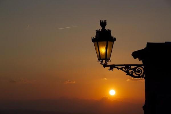 La contaminación lumínica puede suprimir la producción de melatonina en humanos y animales.