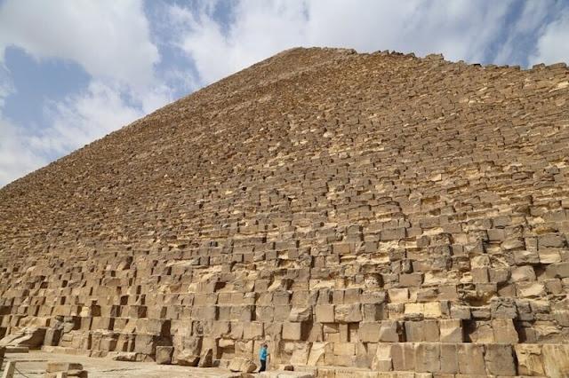 Pirámide de Keops de cerca en comparación con una persona
