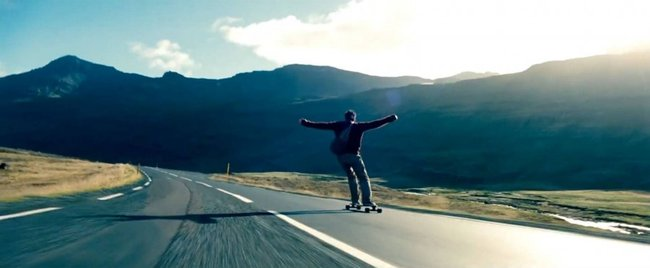 Скейтбордист едет с горы
