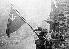 Bandera soviética en lo alto del Reichstag