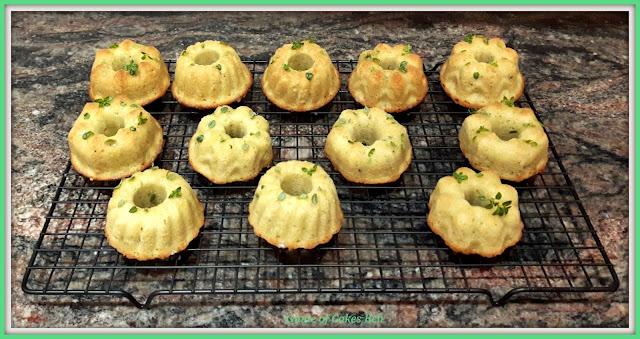Mini bundt cakes de limón y tomillo adornados y listos para degustar
