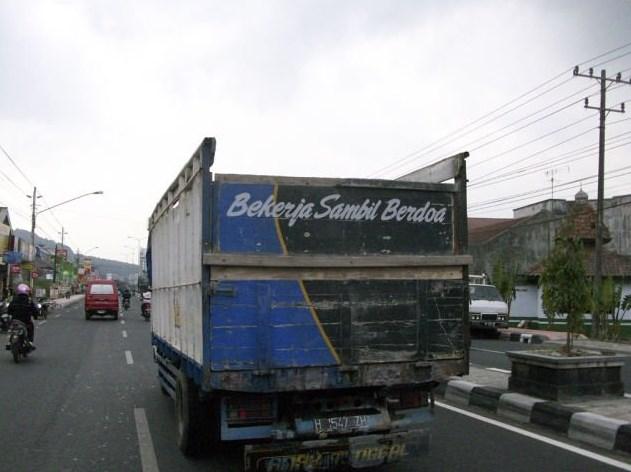 tulisan sopir truk yang taat dan beriman