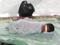 Lagi Asik Main Bola 3 Bocah Ini Malah Temukan Bayi Yang Wajahnya Sudah Dikerumuni Semut