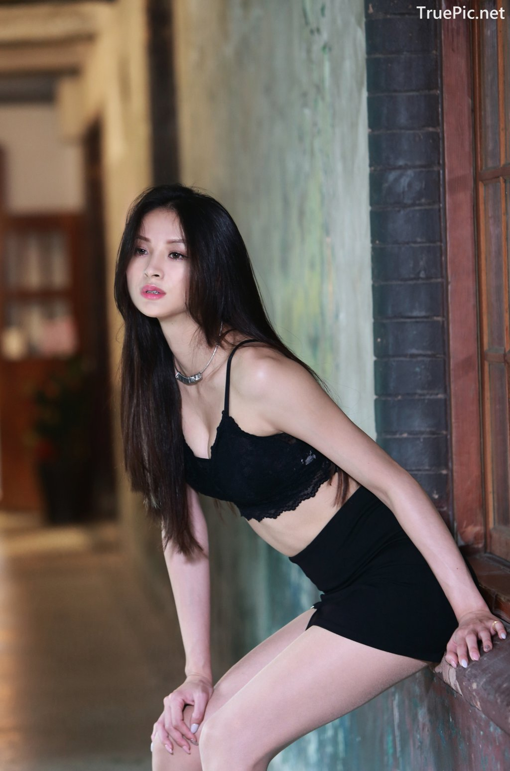 Image-Taiwanese-Beautiful-Long-Legs-Girl-雪岑Lola-Black-Sexy-Short-Pants-and-Crop-Top-Outfit-TruePic.net- Picture-37
