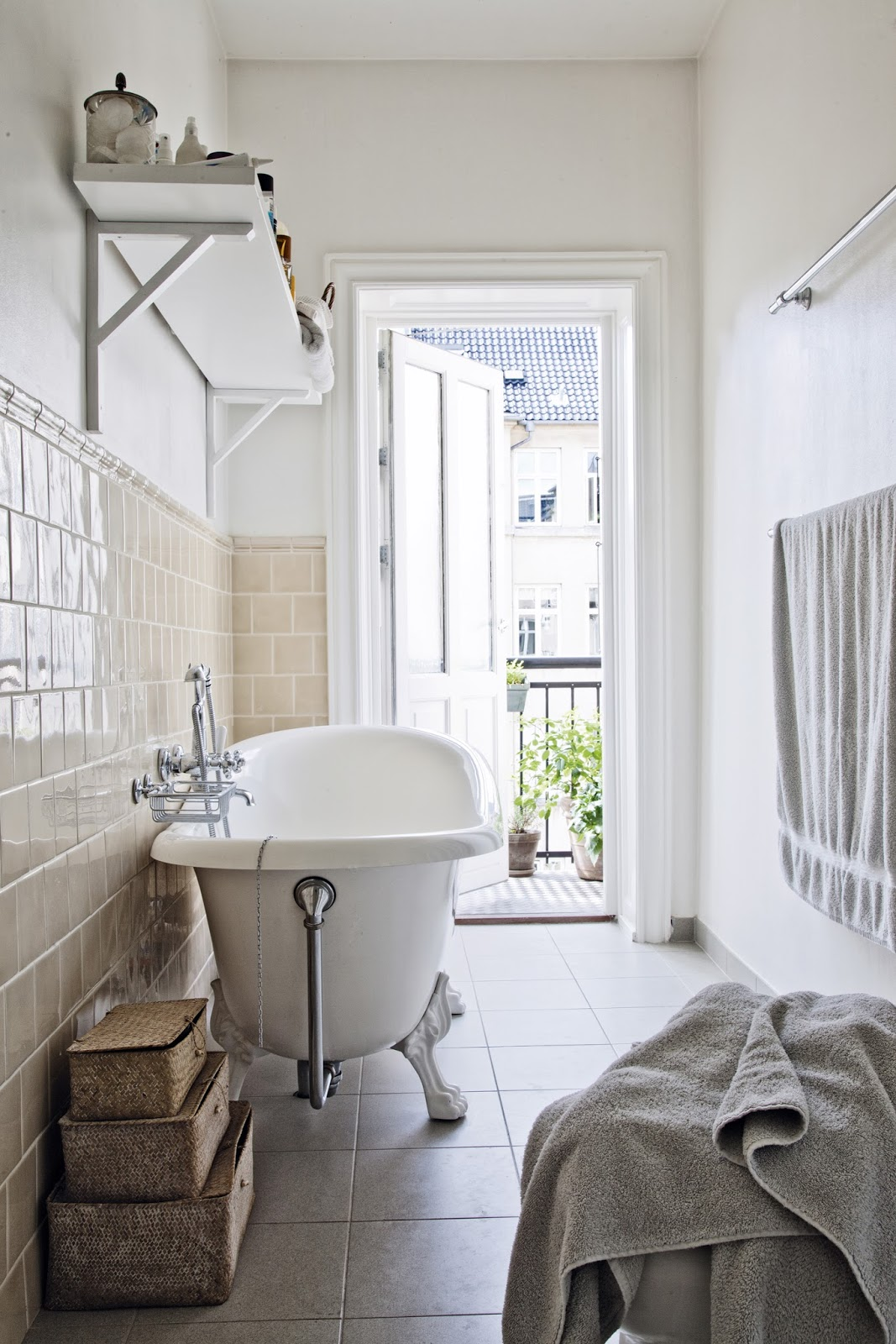 vintage bath tub,  retro bathroom,