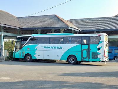 Foto Bus New Shantika Hijau Putih