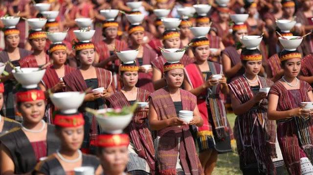 Suku Batak adalah suku yang paling sering dan paling banyak menerapkan Upacara Adat,bahkan suku Batak Tidak Bisa di lepaskan dari yang namanya Upacara Adat.bisa di katakan sejak seseorang suku batak masih di dalam kandungan mereka sudah ikut ambil bagian dalam perayaan Upacara Adat sampai Lahir di dunia dan terakhir ajal menjemputnya tetap juga merayakan upacara Adat ini.     DETIKBATAK.COM (23/12/19) Suku Batak adalah suku yang paling sering dan paling banyak menerapkan Upacara Adat,bahkan suku Batak Tidak Bisa di lepaskan dari yang namanya Upacara Adat.bisa di katakan sejak seseorang suku batak masih di dalam kandungan mereka sudah ikut ambil bagian dalam perayaan Upacara Adat sampai Lahir di dunia dan terakhir ajal menjemputnya tetap juga merayakan upacara Adat ini.    Macam macam Upacara Adat Suku Batak Toba  adat suku batak    jika Kita coba berkunjung atau liburan beberapa hari ke sumatera utara, dimana wilayah ini adalah tempat tinggal menetap para suku batak.maka kita akan menyaksikan langsung berbagai upacara upacara adat suku batak ini.    lalu apa saja Macam-macam Adat Suku Batak? Beriku macamnya:    1.Upacara adat Mangirdak atau Mangganje atau Mambosuri boru (adat tujuh bulanan)   Upacara adat Mangirdak adalah upacara yang diterima oleh seorang ibu yang usia kandungannya tujuh bulan.Pihak keluarga membawa makanan seperti ikan mas dan nasi untuk diberikan kepada Ibu yang mengandung dengan harapan ibu yang mrlahirkan dan anak yang dilahirkan sehat.      2. Upacara adat Mangharoan  Upacara adat mangharoan    (dibaca:Makkaroan) adalah upacara adat yang dilaksanakan setelah dua minggu kelahiran bayi untuk menyambut kedatangan bayi tersebut dalam keluarga tersebut.Upacara ini di hadiri oleh berbagai (kumpulan marga),kumpulan adat yang di ikuti oleh orangtua si anak,Pihak Gereja,dan relasi yang terjalin dengan orangtua si anak akan turut fi undang juga.    3. Upacara adat Martutu aek   Upacara adat martutu aek adalah upacara adat pemberian nama kepada bayi. Nam