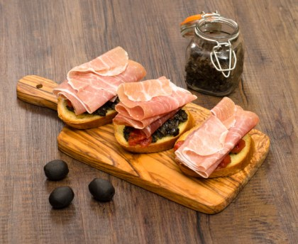 Tapenade toast with raw ham