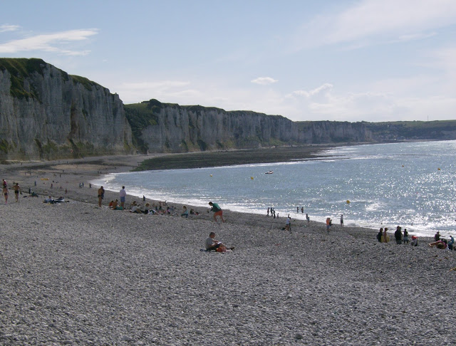 Spiaggia ciottolosa, bagnanti