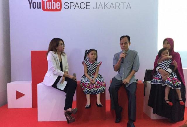 Lifia dan Niala bersama kedua orangtuanya saat wawancara di YouTube Space Jakarta