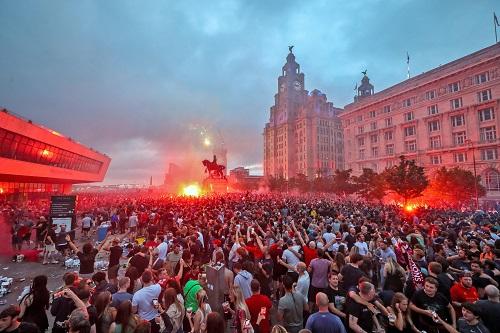 اعتقال بعض جماهير ليفربول بعد حريق خلال الاحتفال بلقب الدوري