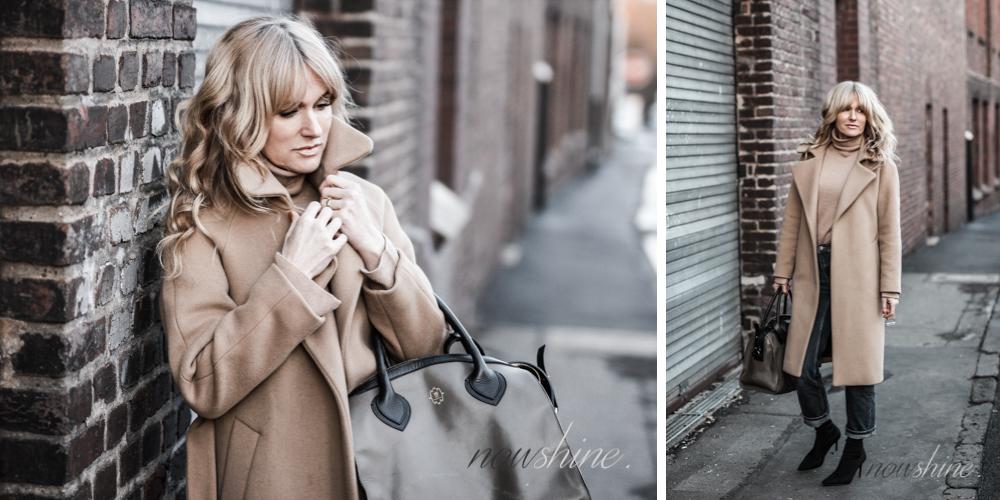 Nowshine trägt einen Mantel und Rolli in Camel, dazu Jeans und Sockboots/ Ü40 Mode Blog