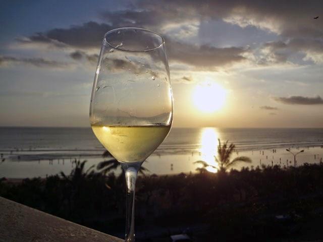 Menikmati Sunset adalah salah satu dari kegiatan yang paling seru untuk dilakukan di Kuta Bali
