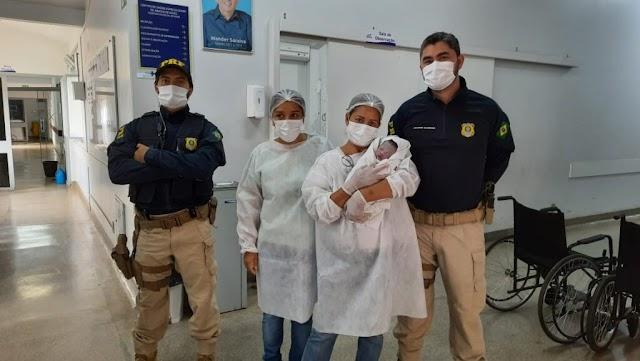 PRF ajuda mulher a fazer parto de emergência em viatura , na BR 060 Vídeo