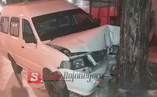 Sopir Diduga Ngantuk, Mobil Ambulan Hantam Pohon