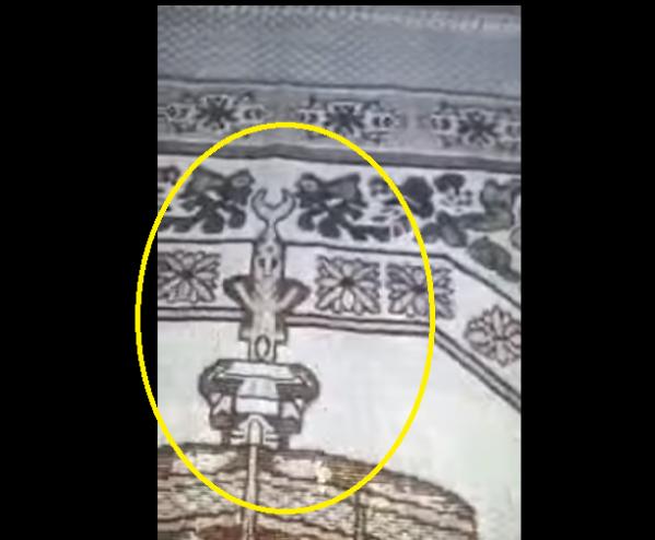 رجل يكشف أمرا صادما موجود على سجادة الصلاة بالمدينة المنورة  اذا رأيتم هذه السجادة .. لا تشتروها أبدا!