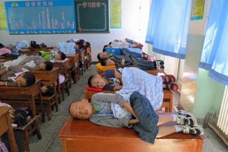 Di China, Murid-murid Sekolah Dianjurkan Tidur di Kelas