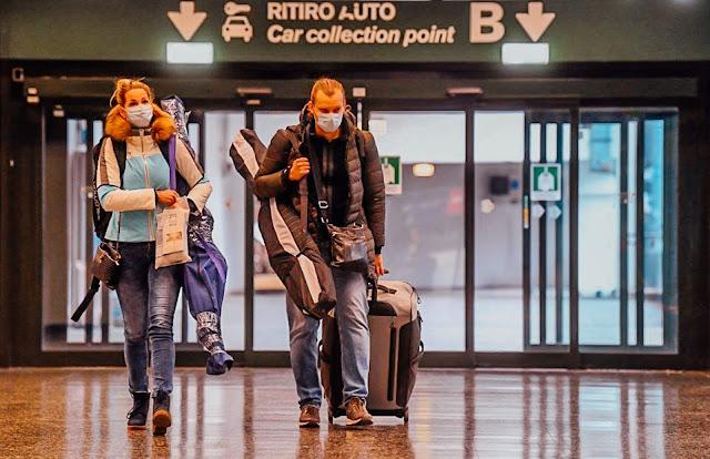 Viajantes no aeroporto com coronavirus