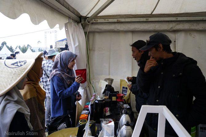 Interaksi barista dan pengunjung yang bertanya tentang kopi