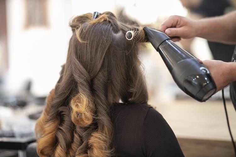 Luzes ou mechas em cabelos castanhos