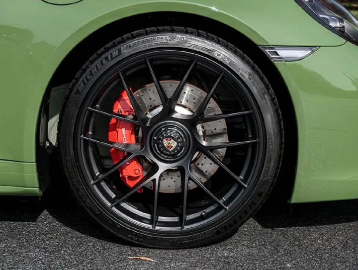 Siêu xe Porsche 911 Carrera GTS Cabriolet màu xanh Olive lạ mắt