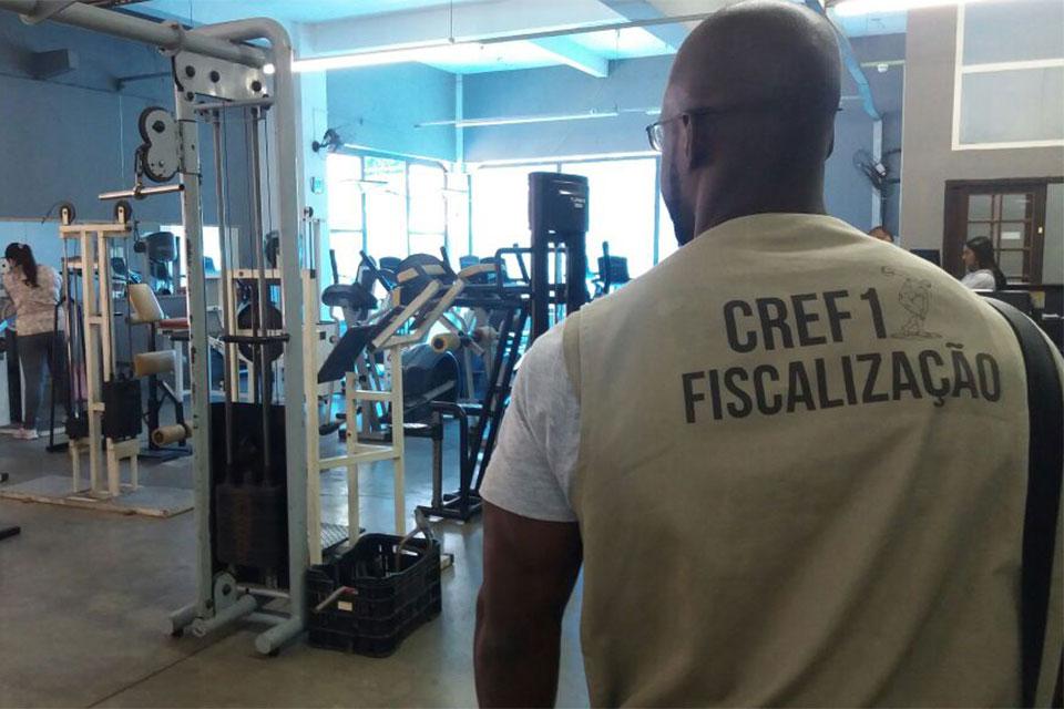 Fiscal do CREF1 encontra sala de academia sem educador físico. Foto: CREF1/Divulgação