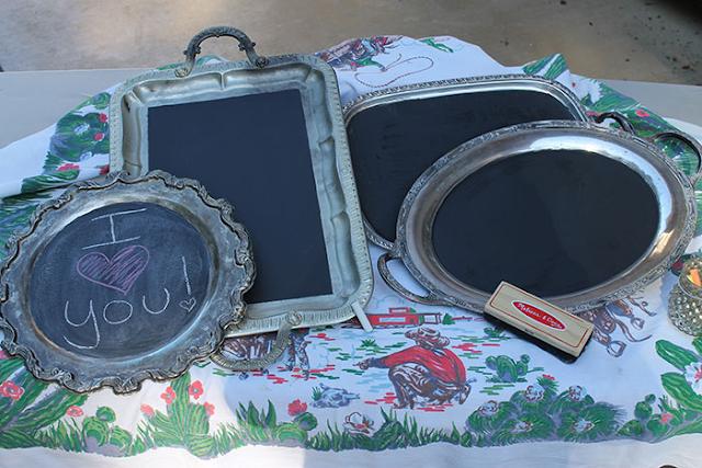 Ardoise, tableau à craie fait avec des plateaux de cuisine
