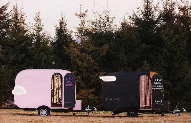 Flasz gang fotobudka w formie przyczepy z fotobudką w środku. Idealna na śluby i imprezy plenerowe.