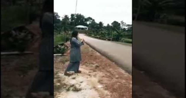 Viral Akak Ni Tersungkur Kat Jalan Raya Akibat Main Mercun Pakai Selipar Tumit Tinggi Hahaha!