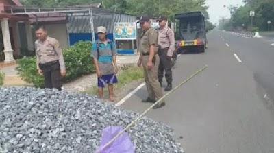 Material Proyek Menumpuk di Bahu Jalan, Polisi Ini Tegur Kontraktor