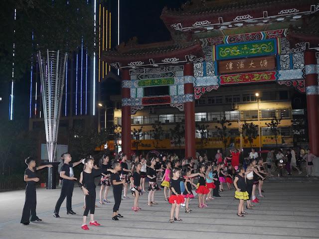 Children dancing at Datang Park (大塘公园) in Bengbu