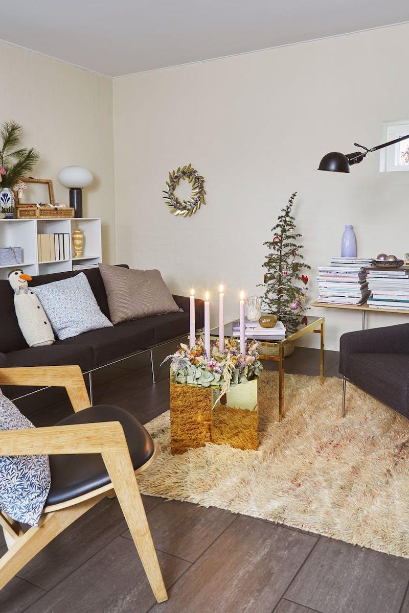 Decoración navideña en un salón decorado en tonos pastel y con elementos reciclados